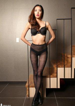 Азиатка постепенно освобождается от одежды и остается совсем обнажена, показывая стройное тело - фото 45