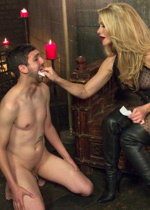 Симона Совей накрасила своему мужу губы помадой и заставила его сосать у другого парня - фото 5