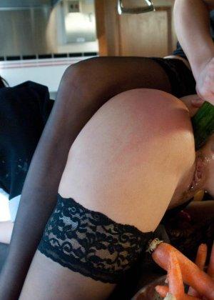Хозяйке дома не понравилось обращение горничной с овощами, и она решила трахнуть служанку огурцом в жопу - фото 12