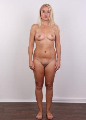 Блонда с рисунком бабочки на спине имеет неплохие формы, ее пизденка тоже весьма неплоха - фото 11