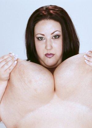 Жирная толстуха очень хочет похвастаться своими гигантскими буферами, поэтому выкладывает свои достоинства - фото 15