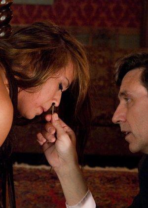 Стив Холмс приобрел себе  грудастую азиатскую шлюху Миа Лелани и готов ее испробовать - фото 17
