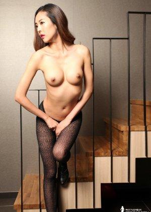 Азиатка постепенно освобождается от одежды и остается совсем обнажена, показывая стройное тело - фото 55