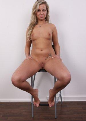 Смелая блондинка решается раздеться перед камерой и продемонстрировать себя со всех сторон - фото 13