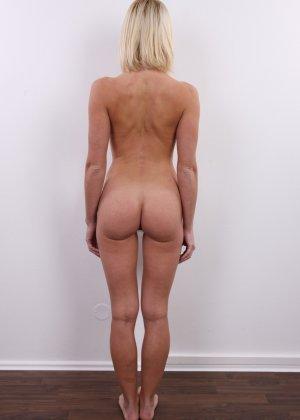 Улыбчивой блондинке приходится снять все, чтоб показать, что она достойна желаемой работы - фото 15