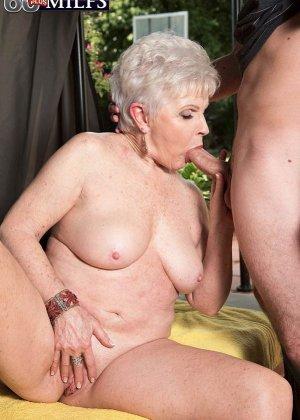 Распутной пожилой женщине мало того, что парень ей намазал спину кремом, она хочет трахаться с ним - фото 1