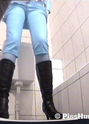 Скрытая съемка в женском туалете снова запечатлела писающих девушек, которые ни о чем не подозревают - фото 13