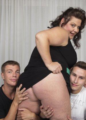 Толстая женщина оказывается в компании двух красивых молодых людей, которые проявляют интерес к ее телу - фото 10