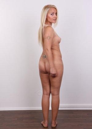 Блонда с рисунком бабочки на спине имеет неплохие формы, ее пизденка тоже весьма неплоха - фото 14