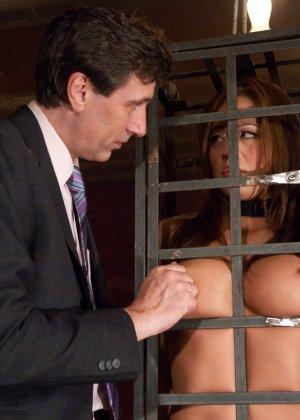 Стив Холмс приобрел себе  грудастую азиатскую шлюху Миа Лелани и готов ее испробовать - фото 3