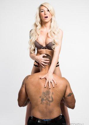 Накачанный мужик показывает своего дружка блондинке и опускается на колени перед ней, чтоб приласкать - фото 9