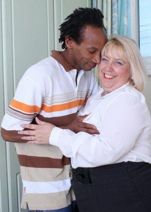 Горячая британская толстушка разрешает лапать себя молодому темнокожему мужчине и делать куни - фото 7