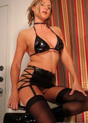 Дезире Спенсер любит радовать новыми нарядами из кожи и латекса своего любовника фетишиста - фото 7