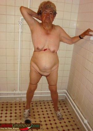 Пожилая Омма Пасс позирует обнаженной в душе - фото 2