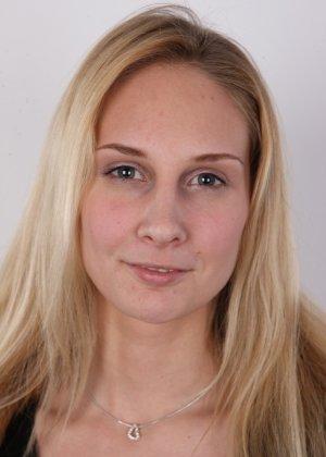 В чешском кастинге принимает участие одна блондинка, которая очень смело снимает с себя всю одежду - фото 2