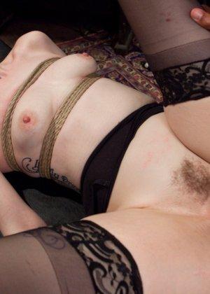 Ела Дарлинг с удовольствием принимает наказание от рук опытного Мики Мода и его ненасытного друга - фото 20- фото 20- фото 20
