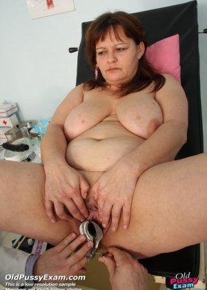 Светлана приходит на прием к гинекологу и позволяет себя осматривать с помощью специальных предметов - фото 15