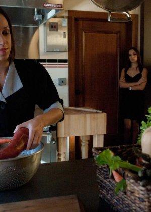 Хозяйке дома не понравилось обращение горничной с овощами, и она решила трахнуть служанку огурцом в жопу - фото 6