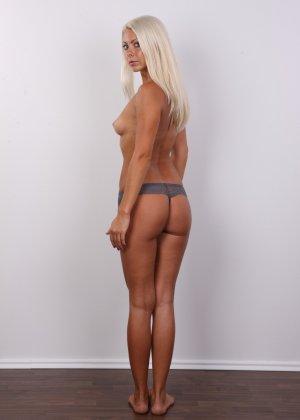 Красивая блондинка позирует без одежды, возбуждая своим прекрасным внешним видом - фото 7