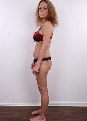 Сероглазая девчонка с гибкой талией позволяет снять на камеру все, даже голенькую киску - фото 2