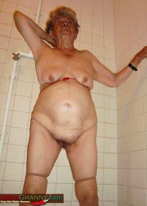 Пожилая Омма Пасс позирует обнаженной в душе - фото 6