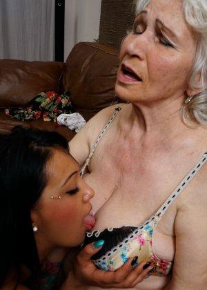 Горячая брюнетка нашла пожилую любовницу, которая просто мастерски делает куни - фото 14