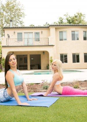 Пайпер и Дженна не задумывались, как эротично они выглядят во время гимнастики - фото 2