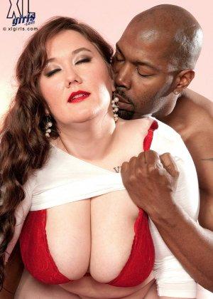 Лилли Блю показывает свое пышное тело чернокожему самцу и разрешает себя полапать во всех местах - фото 3