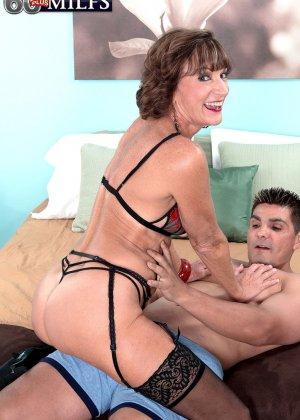 У Синди Лейн есть молодой горячий любовник, который просто обожает долбить ее задний проход - фото 6