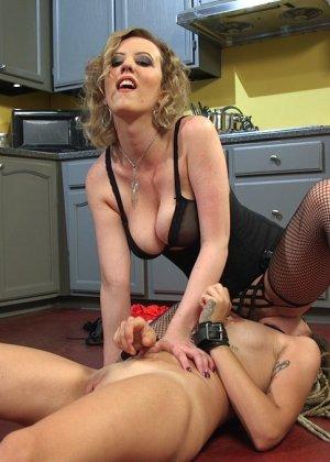 Опытная шлюшка показывает своей подружке, как можно стать настоящей профессионалкой в сексе - фото 9