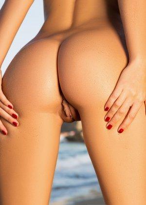 Адриенн Левай показывает свое сексуальное тело в крохотном красном бикини, позволяя насладиться своей красотой - фото 15
