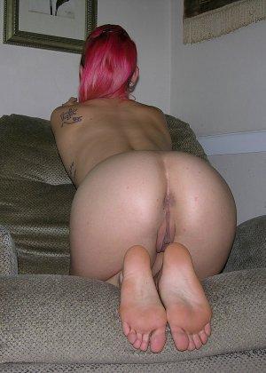Девушка с красными волосами позирует перед камерой в голом виде - фото 9