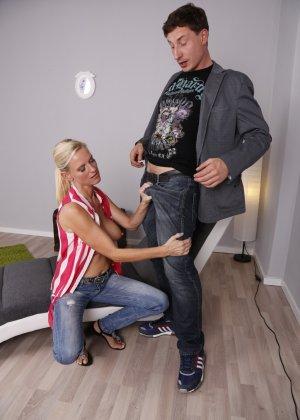 Опытный муж разминает висящие сиськи своей зрелой блондинистой жены - фото 16