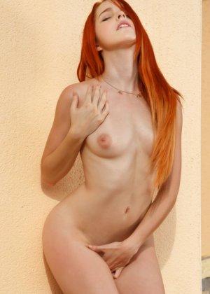 Смелая рыжеволосая красотка показывает свое восхитительное тело, давая насладиться каждой частичкой - фото 12