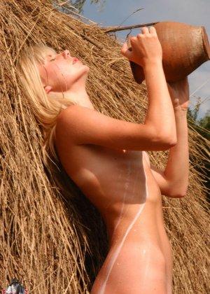 Худенькая блондинка оказывается на сеновале и поливает свое обнаженное тело молоком из кувшина - фото 16