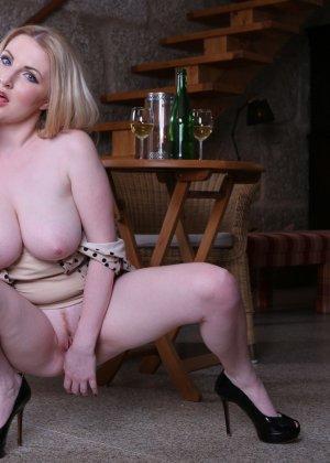 Мужик ебет очень сексуальную девушку у которой обнаженная страстная грудь - фото 1