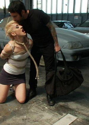 Рисковая блондинка готова принимать на свое тело множество испытаний – мужчины делают всё, что им хочется - фото 2