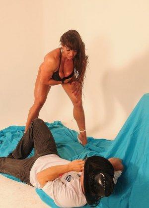 Женщина с бодибилдерским телом позирует перед камерой, а затем позволяет фотографу себя ласкать - фото 7