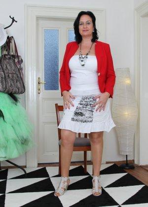 Зрелая женщина показывает свое пышное тело, а затем принимается облизывать искусственный фаллос - фото 1