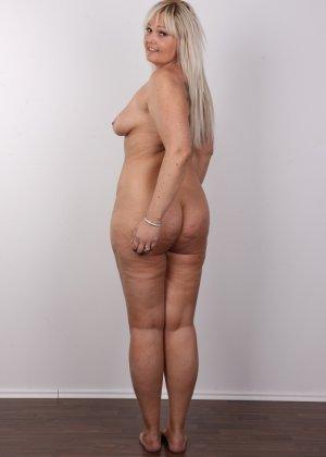 Блондинистая зрелая дамочка с пышными формами позволяет наблюдать за собой, показывая все части тела - фото 14