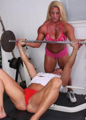 Два транса развлекаются друг с другом в спорт-зале, получая удовольствие от взаимных ласк - фото 3