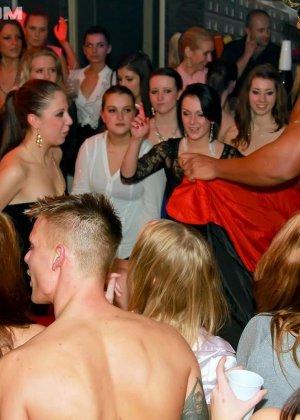 В клубе бешенные телки ебутся с накачанным стриптизером в халате - фото 5