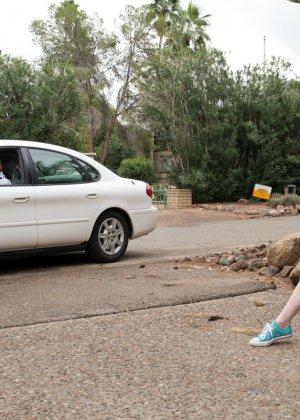 Рыжую красавицу парнишка наказал в машине за её плохое поведение - фото 2