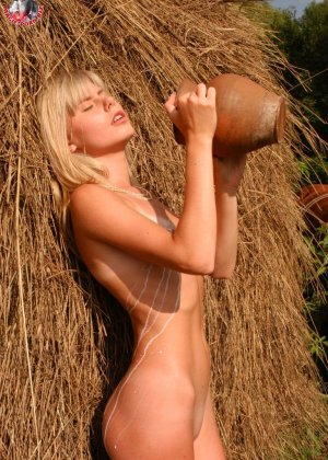 Худенькая блондинка оказывается на сеновале и поливает свое обнаженное тело молоком из кувшина - фото 14