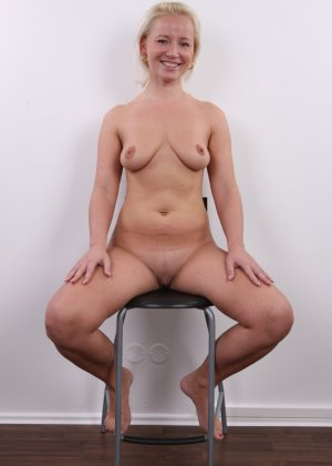 У коротко стриженой блондинки чувственно торчит клитор и требует к себе внимания - фото 15