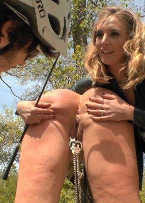 Сексуальная Мона Вэйлес способна вытерпеть некоторые унижения и ощутить на себе мужской напор - фото 13