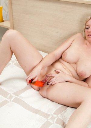 Зрелая блондинка балуется с вибратором, показывая, что ей очень хочется секса и она готова на многое - фото 14