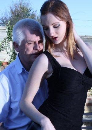 Пожилому мужчине очень повезло - ему отдается молодая телочка и удовлетворяет его желания - фото 16