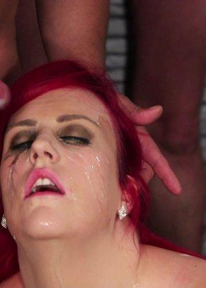 Развратная женщина с необычной внешностью показывает свою смелость в сексуальном плане - фото 5