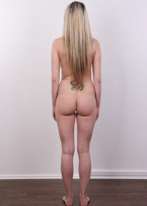 Послушная блонда в татушках вертится перед камерой, как этого от нее требуют - фото 14